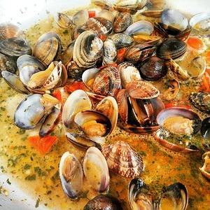 Когда все моллюски откроются - добавить вино.