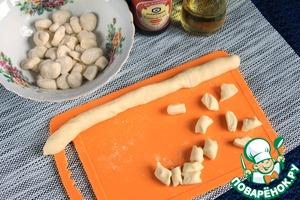 Сделать колбаски и нарезать пятачками 0,5 - 0,7 мм шириной. Поправить каждый пятачок и пересыпать мукой, чтобы избежать слипания.