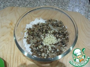Put in a bowl the rice, then sauteed mushrooms with onions, add finely chopped garlic