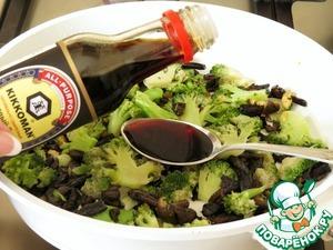 Далее к брокколи и грибам добавляем соевый соус, вино, разведённый крахмал, смесь перцев, размять пару щепоток тмина. Перемешать, дать соусу немного загустеть и снять с огня. Затем всё перекладываем на блюдо, посыпаем кунжутом, и можно подавать.