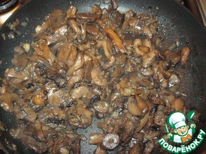 Mushrooms, cleaned and cut. In vegetable oil fry until Golden brown onions, add after the mushrooms and continue to cook until tender, season with salt and pepper.