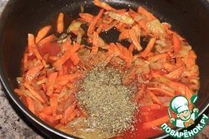Добавить протертый консервированный томат и майоран. Перемешать и готовить.