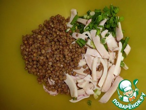 Squid boil in any convenient way. Let cool and cut into strips. Add the chopped green onions and lentils.