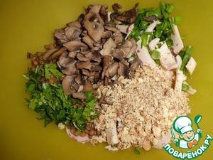 """Добавляем в салат грибы (стоит их немного """"отжать"""", удалив тем самым лишнюю жидкость), измельченные грецкие орехи и нарезанную петрушку."""