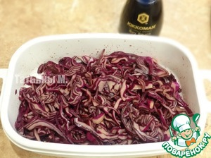 Shred cabbage finely, pour soy sauce, mash and leave for 30 minutes for marinating;