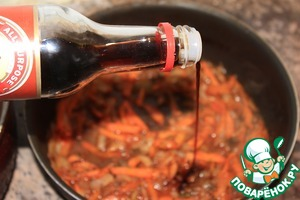 "When the liquid starts to evaporate, add the soy sauce ""Kikkoman"", according to the desire pepper and cook until cooked carrots. Remove Bay leaf."