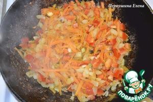 Раскалить на сковороде растительное масло и обжарить овощи до румяности.