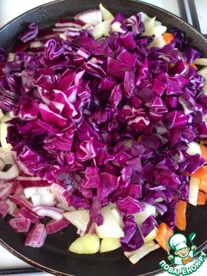 Also cut the cabbage into cubes, add to the vegetables in the pan; when the vegetables start to prizhivutsya, it is possible to reduce slightly the fire and to prevent it.