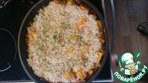 Медленно вливаем крутой кипяток, выкладываем рис и сушеную петрушку (свежую кладем с помидорами). Закрываем крышкой и томим до полуготовности.