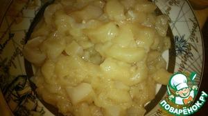 Куриную грудку мелко нарезаем, 50 гр голландского сыра и колбасный сыр режем мелкими кубиками.