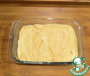 Выложить тесто в форму, смазанную маслом. У меня стеклянная, размер 12*16.    Отправляем в духовку, разогретую до 190 градусов минут на 20. Готовность проверяем спичкой.