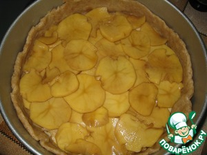 Apples are cleaned, cut into thin slices. Spread in a single layer across the surface of the dough (the edge remains free). Spread on top of potatoes, and his thin onion rings. Sprinkle with coriander.  Sprinkle with vegetable oil.