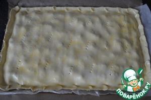 Затем раскатать ещё один прямоугольный пласт и положить его сверху начинки. Защипнуть края. Можете украсить по желанию из теста.    Яйцо взбить и смазать им верх пирога. Сделать вилкой пару надколов.      Выпекать пирог в разогретой духовке при 180 градусах, около 35-40 минут. Если будет подгорать верх, накройте пергаментной бумагой.