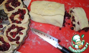 Very gently roll a layer of cranberries into a long roll.  Melted melt butter and liberally grease the form for baking.  Roll cut into equal circles-biscuits with a thickness of 3-4cm. and firmly put them into shape.
