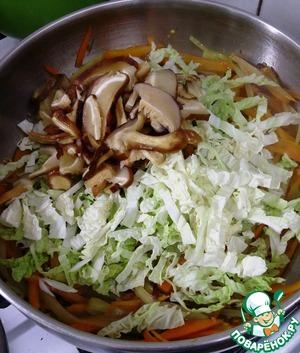 И отжатые грибы с пекинской капустой