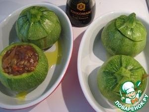 Нафаршировать готовой начинкой цуккини, запечь в духовке при температуре 180 гр С в течение 35 минут.