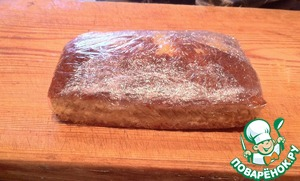 Остывший бисквит при необходимости подравниваем, разрезаем вдоль на два коржа. Смазываем один из коржей лимонным джемом, отложив 2 ч. л. Накрываем вторым коржом. Оборачиваем пищевой пленкой и убираем в холодильник минимум на 1 час.
