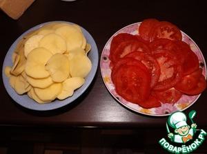 4. Помидоры порезать кружками, натереть сыр, мелко порубить зелень.
