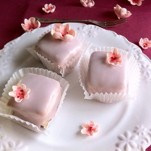 Пирожные можно хранить три дня вне холодильника.