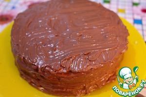 Сверху полностью промазываем наш тортик кремом