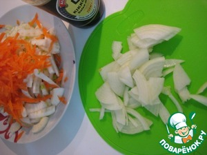 Thinly slice the onion. Carrots grate on a coarse grater.