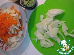 Лук тонко нарезать. Морковь натереть на крупной терке.