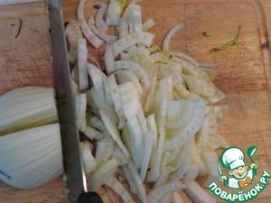 Фенхель нарезать тонкими пластинками. Пару веточек петрушки мелко нарезать. Грецкие орехи порубить.