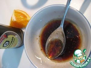 Заправка: смешать оливоковое масло с апельсиновым соком и соевым соусом, поперчить. Лук замариновать в заправке.