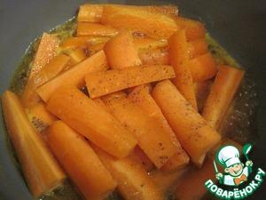 Положим в смесь морковь, ещё раз доведём до кипения и убавим огонь до минимума. Приправим чёрным перцем, накроем крышкой и оставим томиться 10-12 минут. Периодически сотейник будем встряхивать. Морковь станет мягкой, но она не должна развариться.