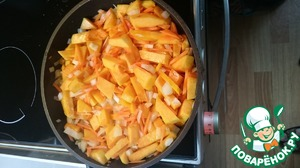 Put in a pan the pumpkin, carrots and onions, saute in oil for 7-10 minutes. Do not forget to periodically stirring.