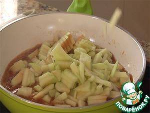 Очищенные и нарезанные яблоки карамелизуем в ней и в конце добавляем лимонный сок и корицу