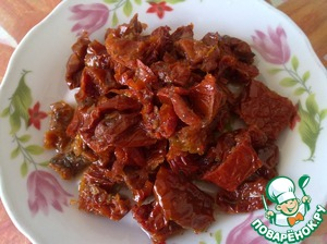 Slice sun dried tomatoes into small pieces.