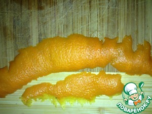 Снимаем ножом для чистки картошки две полоски цедры с апельсина и мелко нарезаем.