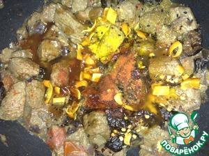 Выключаем режим жарки и добавляем все остальные ингредиенты кроме кинзы. Чернослив режем пополам, только 3 фрукта измельчаем очень мелко. Если готовите больше мяса, то просто пропорционально увеличивайте ингредиенты.