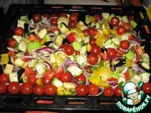 Разогреваем духовку до 240 градусов.   В большой миске перемешиваем баклажаны, цуккини, помидорки, нарезанные квадратиками по 2.5 см лук и сладкий перец, базилик. Добавляем 3 столовые ложки оливкового масла, раздавливаем чеснок, посыпаем солью-перцем и еще раз перемешиваем, чтобы овощи были равномерно покрыты маслом.    Выкладываем смесь на поддон для жарки и ставим на на 30-40 мин (когда края овощей покроются коричневой корочкой) в духовку.