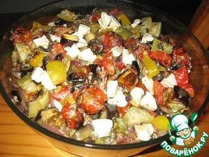 Потом добавляем теплые запеченные овощи и козий сыр.