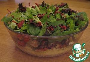 Сверху высыпаем листья салата и побрызгать их нашим соусом. Мы еще посыпали столовой ложкой Калинджи (чернушка).    Сразу, пока не остыл, подавать на стол в той же миске, а соус в отдельной миске. Каждый накладывает себе на тарелку все слои салата и по вкусу поливает соусом.   P.S. Давно этот рецепт для себя ставил на один малоизвестный сайт, теперь хочу поделиться с вами.
