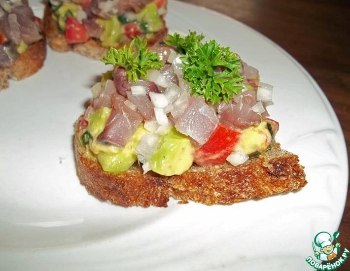 Рецепт: Кростини с авокадо и сельдью