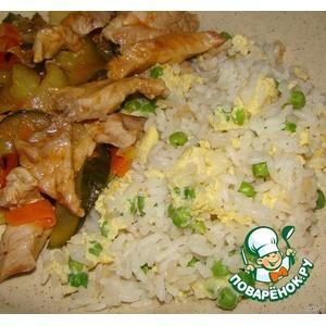 Жареный рис с зеленым горошком и яйцом