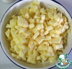 Яблоки очистить, нарезать мелкими кубиками.