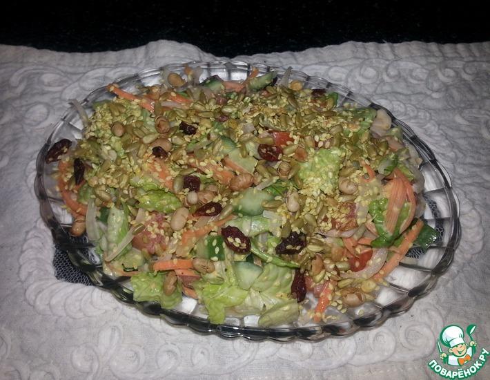 Рецепт: Легкий салат с семечками и орехами