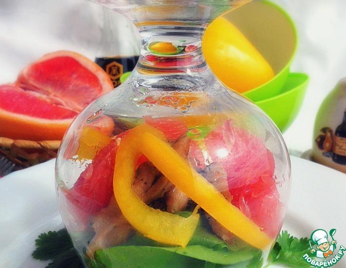 Рецепт: Грейпфрутовый салат с курицей и мангольдом