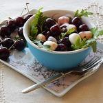Салат из черешни и моцареллы