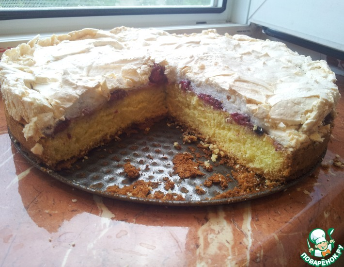 Рецепт: Бисквит с ягодами и безе