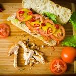 Сендвич с курицей и беконом