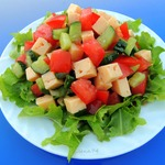 Овощной салат с сыром и соевым соусом