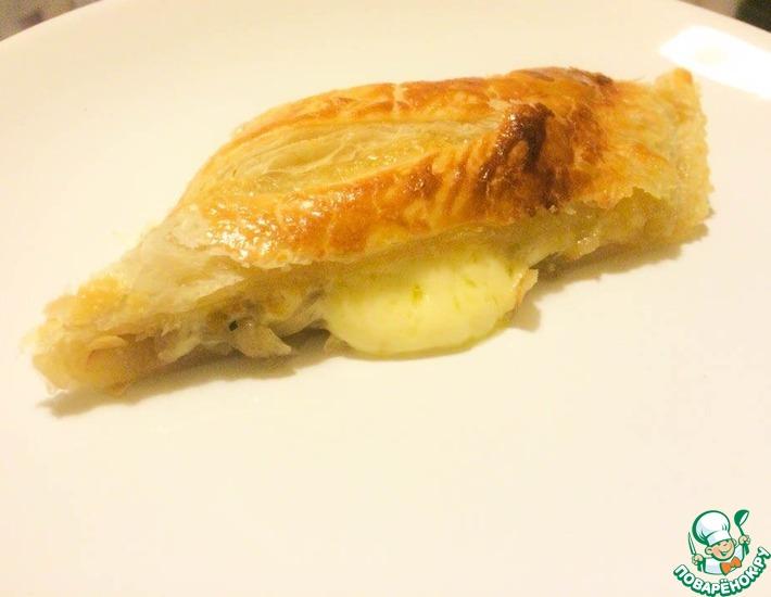 Рецепт: Пирог-рулет из слоеного теста с луком и сыром