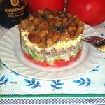 Слоеный салат с чесночными сухариками