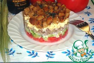 Рецепт: Слоеный салат с чесночными сухариками