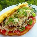 Теплый салат в омлете